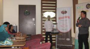 Penjelasan tentang es krim berkualitas oleh Pak Imam, manajer Haagen-Dazs (ki-ka: chef Anwar, Pak Imam)