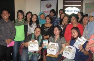 peserta gathering Intisari bersama Pak Imam (manajer HD), Mayong Suryolaksono (redaktur Intisari) dan ketiga pemenang lomba menata es krim Haagen-Dazs