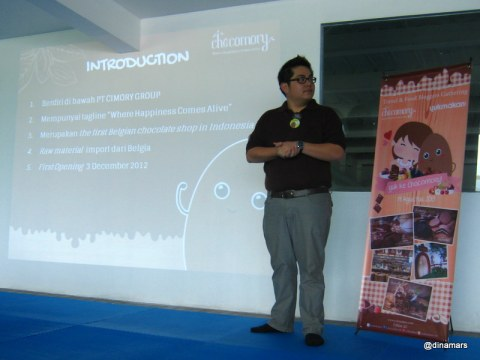 Pak Axel Sutantio dengan semangat menjelaskan asal-muasal idenya mendirikan Chocomory
