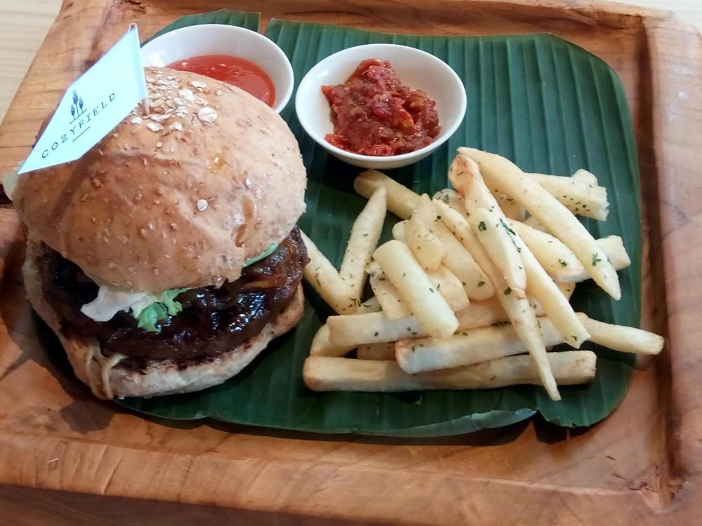 Beef Burger Rendang Floss sebagai salah satu menu andalan Cozyfield Cafe
