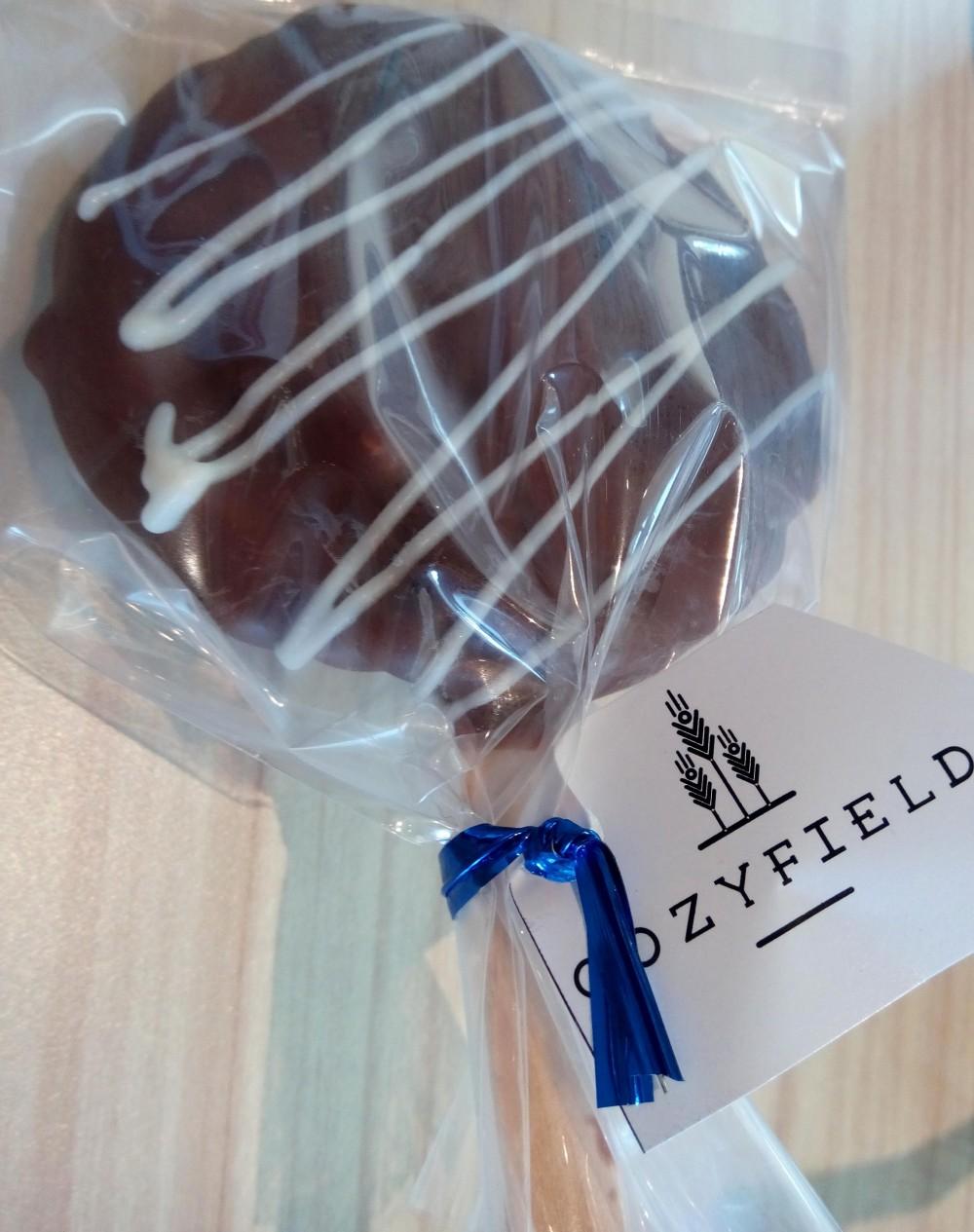 Kenang-kenangan dari Cozyfield Cafe berupa Lolipop Coklat. Terima kasih yaa...