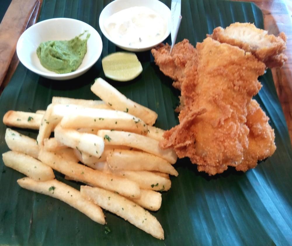 Fish & Chips yang ditampilkan dengan saus daun mint