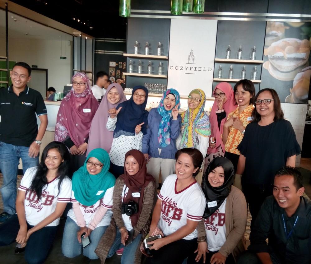 kedua belas blogger berfoto bersama manajer dan staf Cozyfield Cafe - Gramedia