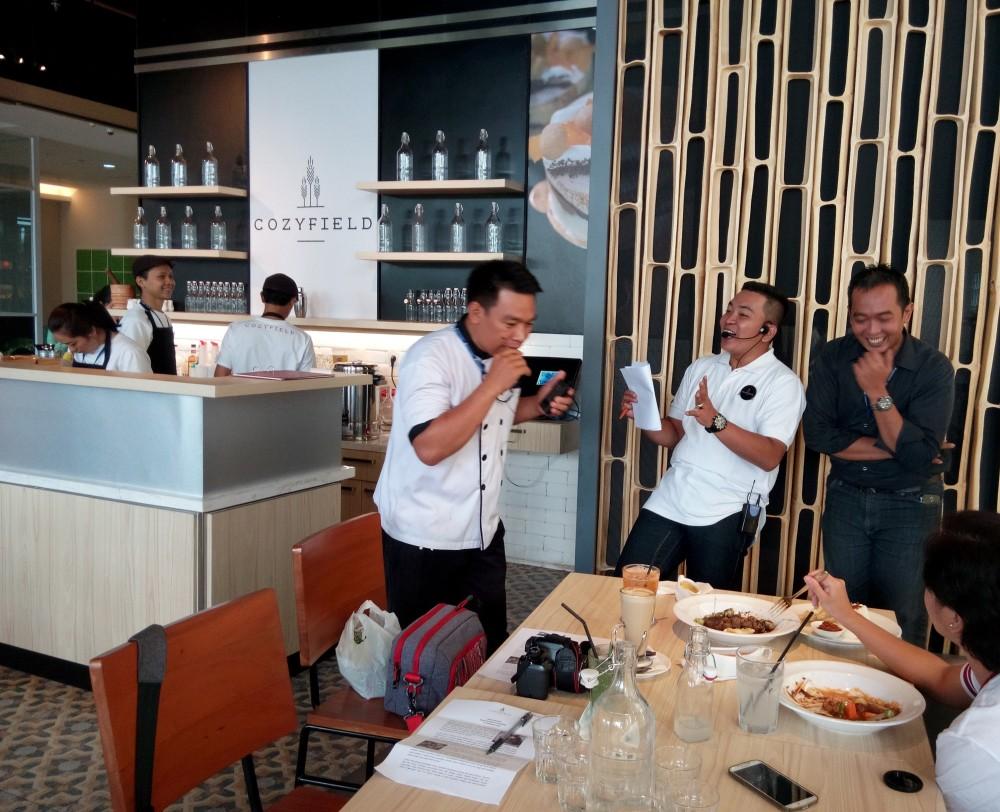 Koki masak Cozyfield Cafe, Mas Ari dan Mas Ken menjawab pertanyaan Ibu Vania, seorang peserta food blogger