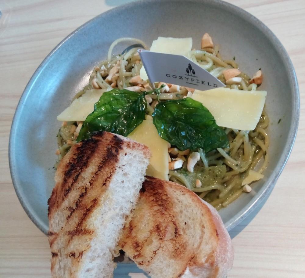 Spaghetti Pesto a la Cozyfield Cafe menggunakan irisan kacang mete