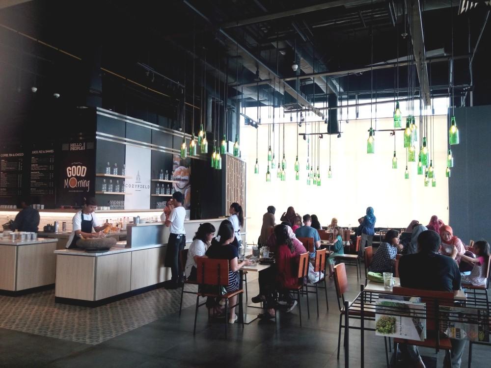 suasana Cozyfield Cafe yang memang cocok banget buat sekadar kongkow atau mencari inspirasi sambil menulis