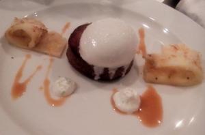 Hidangan Pencuci Mulut Immigrant untuk Good France 2016: kue bolu kelapa dengan krim Chantilly dan irisan buah nanas panggang. (foto: dok.pribadi)