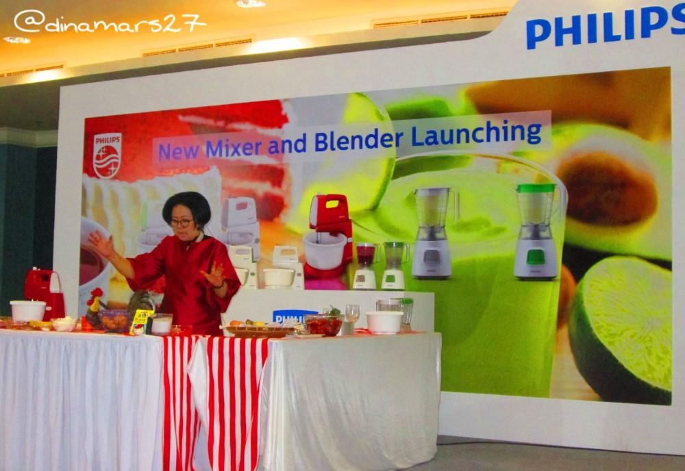 Ibu Sisca Suwitomo siap memperagakan demo masak kue dengan mixer dan blender terbaru Philips. (foto: dok.pribadi)