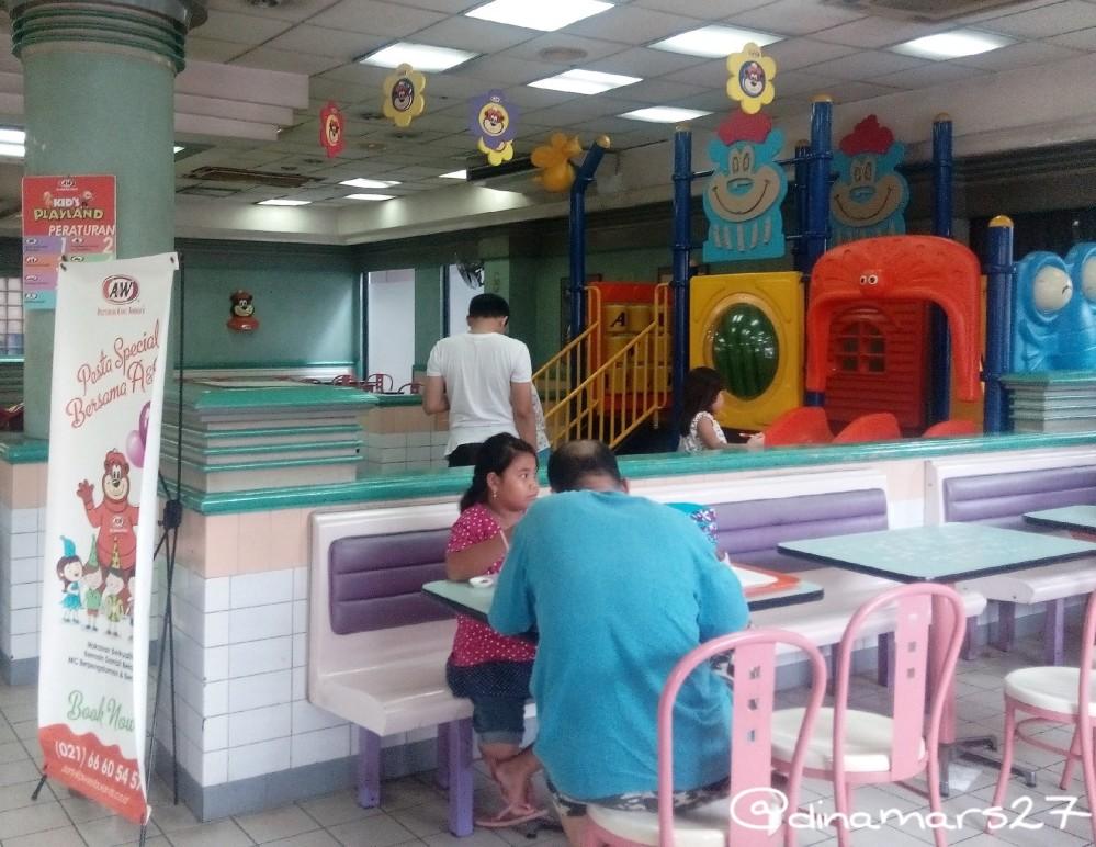 area bermain di A&W Rawamangun dan meja serta kursi untuk bersantap bersama keluarga. (foto: dok.pri)