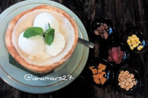 Kati Sod atau es krim kelapa yang dihidangkan di dalam irisan batok kelapa muda. (foto: dokpri)