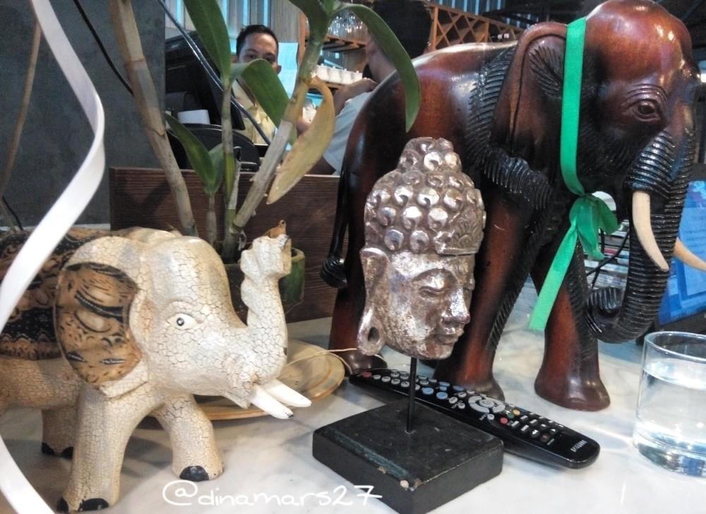 Gajah Putih, julukan untuk negeri Thailand. Orang Thailand juga sangat mengagungi dewa-dewa mereka termasuk patung-patung yang diletakkan di salah satu sisi restoran ini. Sementara, seorang koki mengawasi dari belakang, kuatir kalau patungnya saya utak-atik. (foto: dokpri. lokasi: Resto Thai Alley Pacific Place Jakarta)