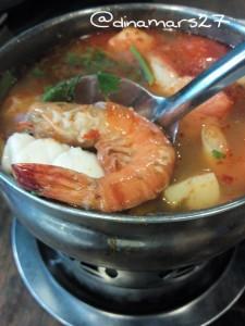 Tom Yam Talay, atau Spicy Thai Seafood Soup yang khas dengan kuah berwarna merah serta daging seafood sebagai isinya. (foto: dokpri)